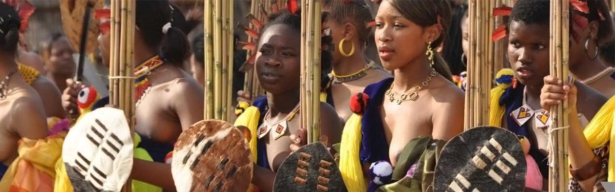 摄影名家,带您走进万名裸体少女参与的年度国王选妃盛典。